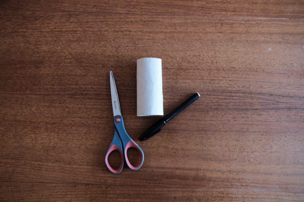 Papierrolle, Stift und Schere