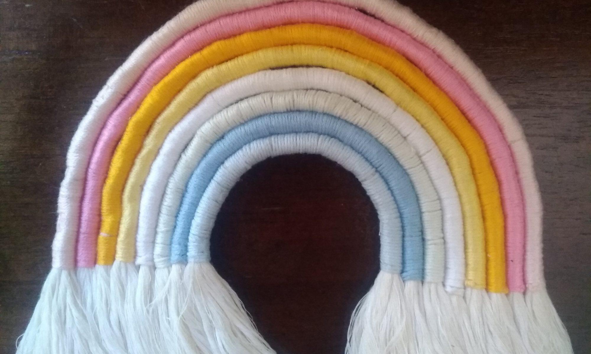 REgenbogen aus farbigen Schüren