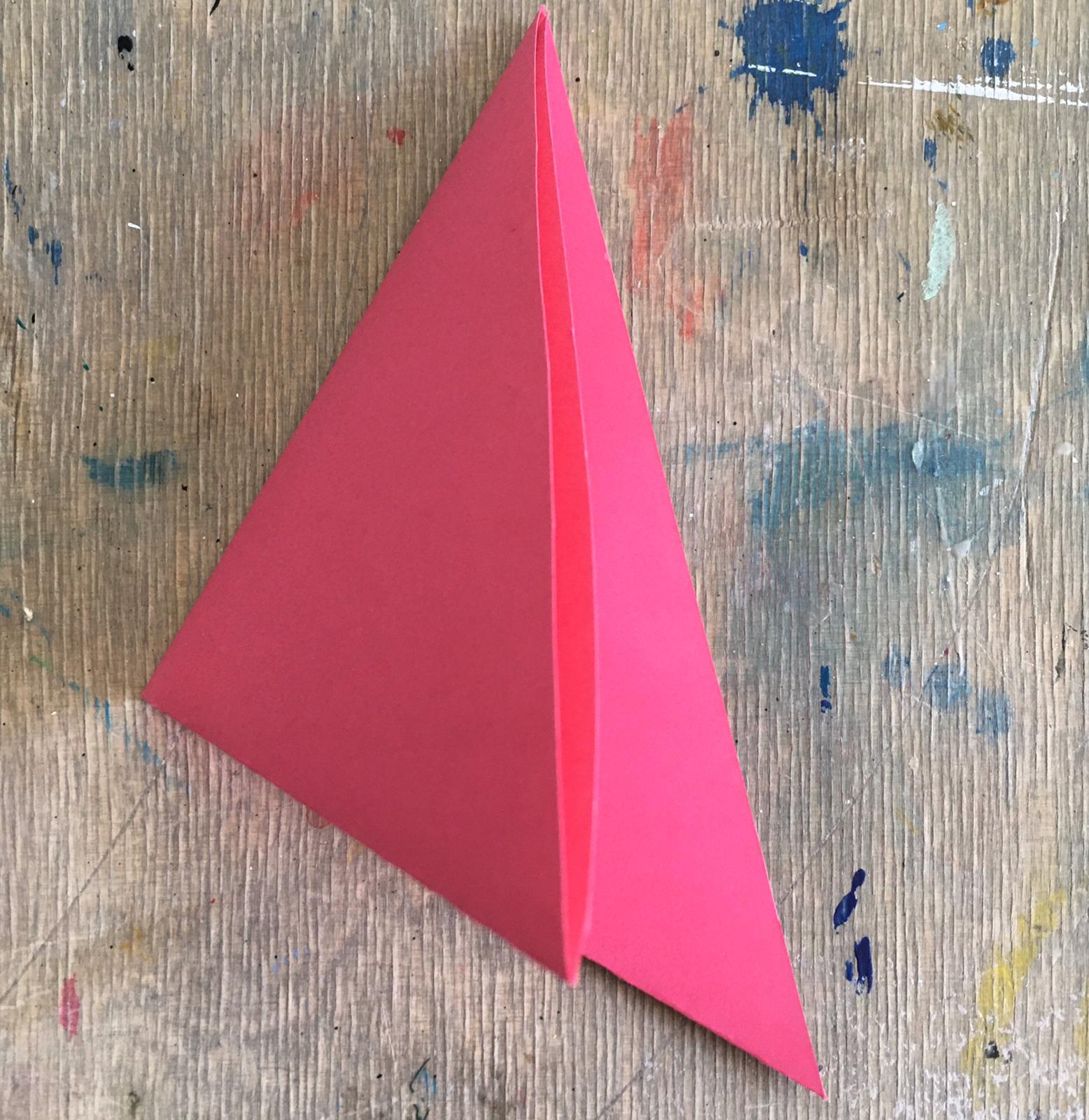 Papier zum Dreieck gefaltet